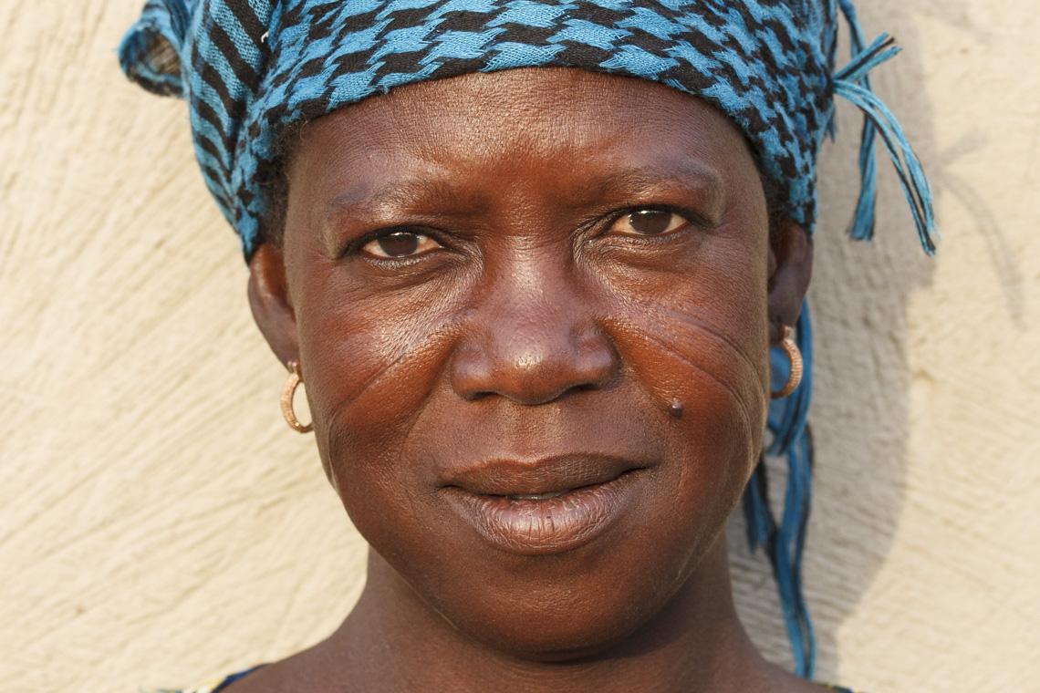 Frau mit Stammeszeichen